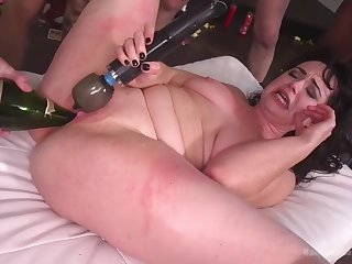 fat ugly skank siouxsie q is happy to get disgraced in gangbang